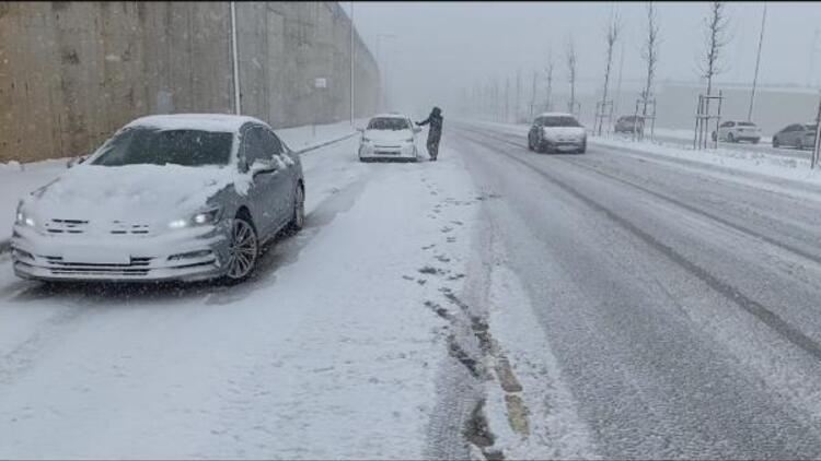Tuzla'da kar yağışı nedeniyle araçlar yolda kaldı