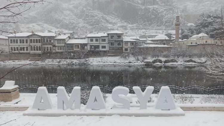 Amasya beyaza büründü, çocuklar ve esnaf kar topu oynayarak eğlendi