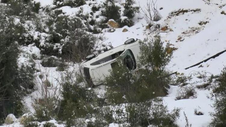 Başakşehir'de buzlu yolda kayan otomobil takla atıp, yuvarlandı