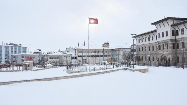 Sivas'ta kar yağışı; 916 yerleşim yeri ulaşıma kapandı