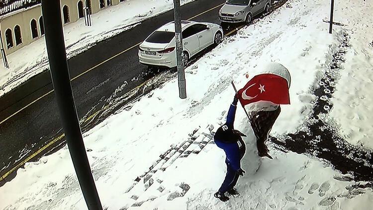 İstanbul'da 10 yaşındaki Muhammed'in bayrak sevgisi kamerada