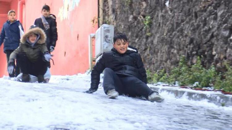 Balat'ın dik sokakları çocuklara kayak pisti oldu