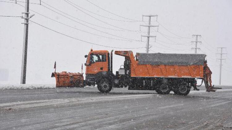 Bitlis'te kar yağışıyla köy yolları ulaşıma kapandı