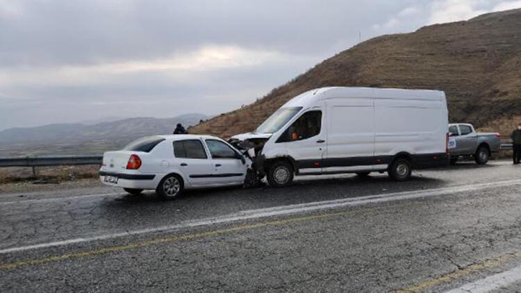 Batman'da otomobil ile minibüs çarpıştı; sürücüler yaralı
