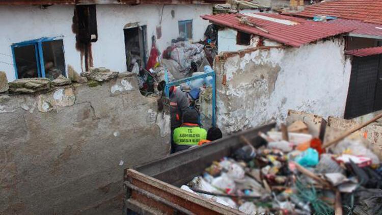 Alaşehir'de 2 evden 20 römork dolusu çöp çıktı