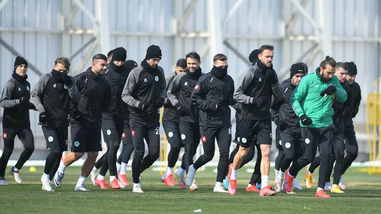 Konyaspor'da Sekidika fizyoterapist eşliğinde takımdan ayrı çalıştı!