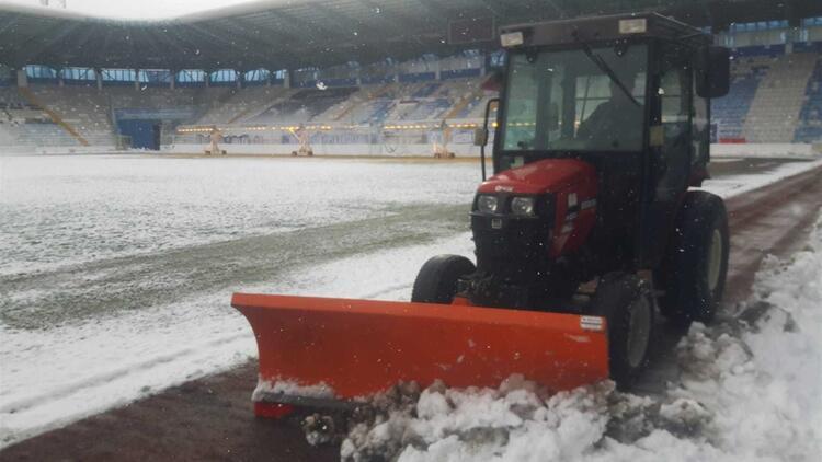 Erzurum'daki Kazım Karabekir Stadı'nda kar temizleme çalışmaları tam gaz!