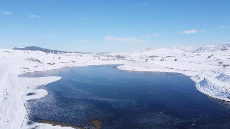 Maden sahasındaki gölet buz tuttu