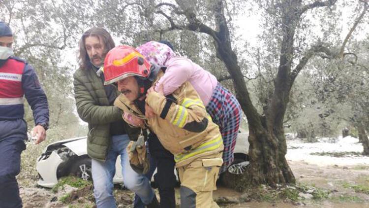 Yaralı kadını, itfaiye eri sırtında ambulansa taşıdı