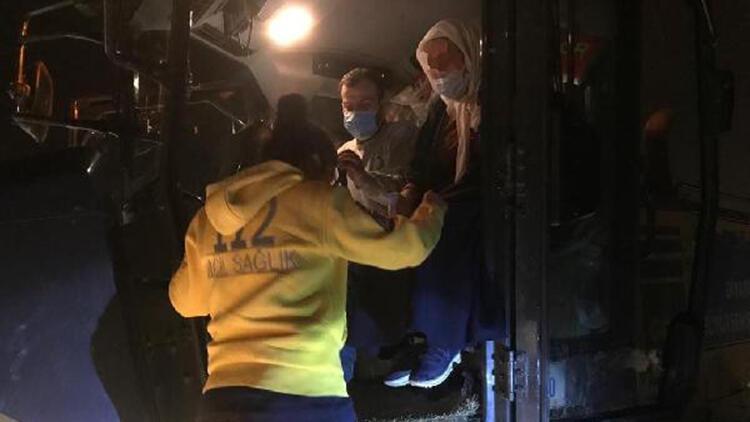 Hasta kadın karlı yolda, iş makinesi ile ambulansa taşındı