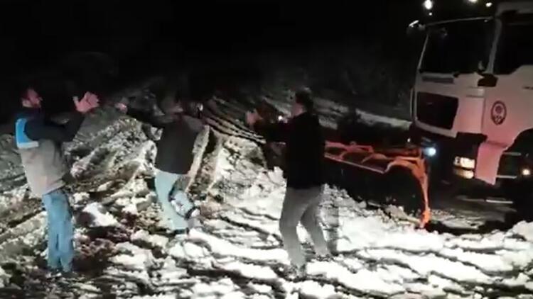 Belediye işçileri, kar küremeyi bırakıp Trabzonspor'un galibiyetini kutladı