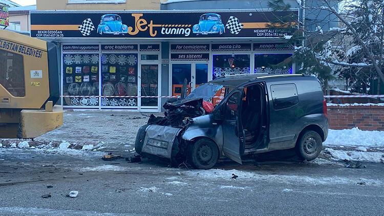 İş makinesine çarpan aracın şoförü hayatını kaybetti