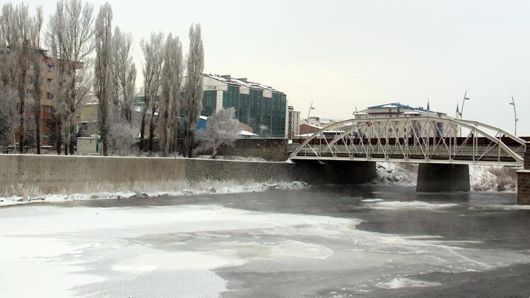 Ardahan eksi 20 ile buz kesti! Kura Nehri kısmen dondu