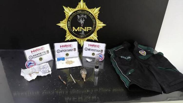 Narkotik polis yeleği giyen şüphelinin aracında uyuşturucu ele geçti
