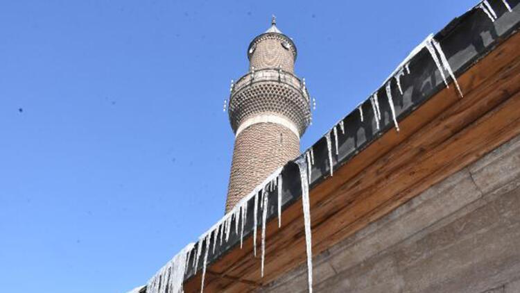 Sivas'ta, çatılarda tehlike oluşturan buz sarkıtlarına itfaiye müdahalesi