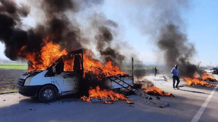 Halı ve tekstil malzemesi yüklü kamyonet yandı