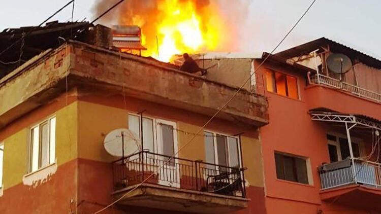 Hisarcık'ta çatı katında çıkan yangını itfaiye söndürdü