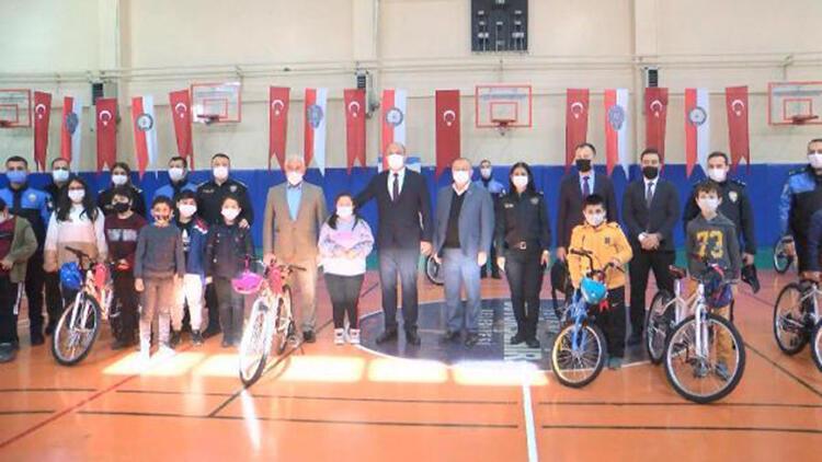 Esenyurt'ta Emniyet Müdürü Aktaş'ın katılımıyla çocuklara bisiklet dağıtıldı