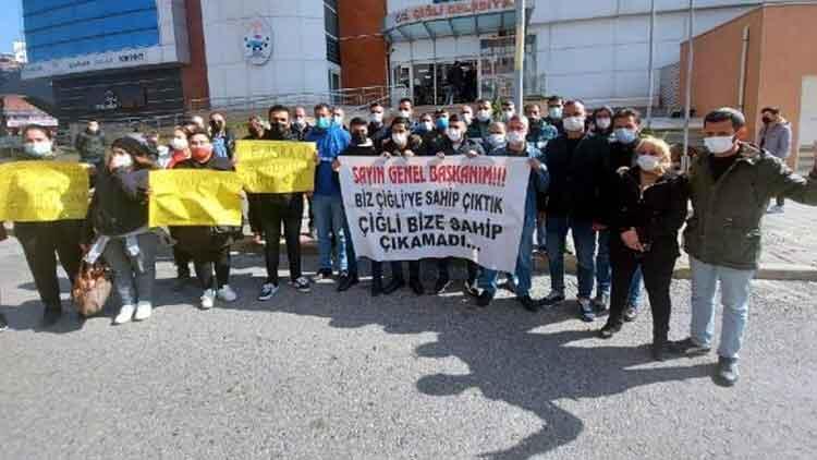 İzmir'de belediye binası önünde 'oturma eylemi'