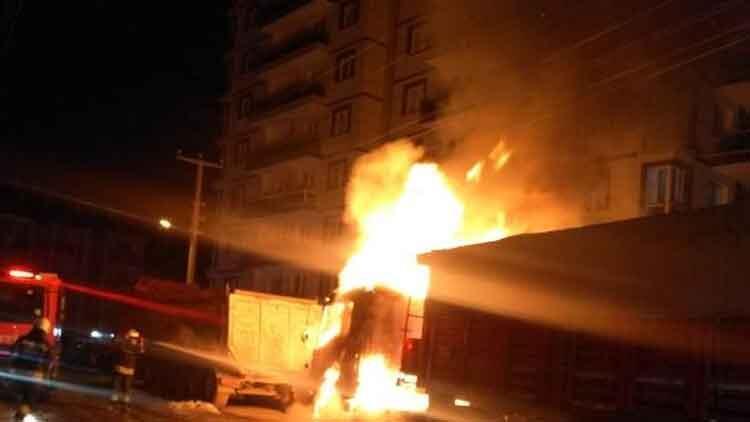 Konya'da park halindeki TIR alev alev yandı