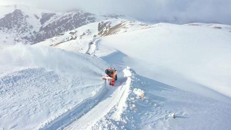 Van'da, 5 metreyi bulan kar ile zorlu mücadele