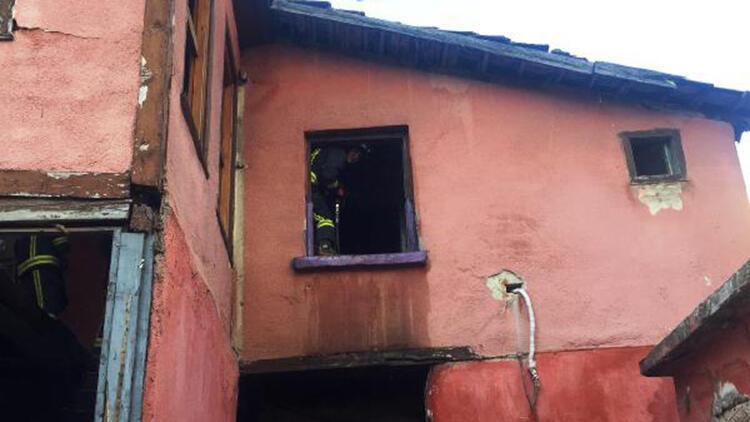 2 katlı metruk evin çatısında çıkan yangın, büyümeden söndürüldü