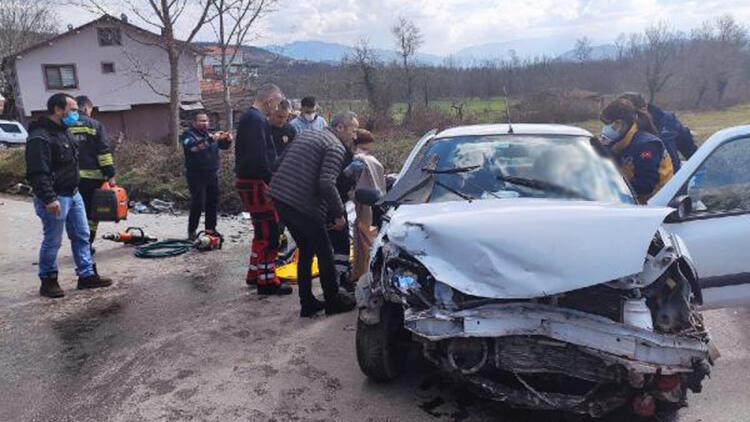 Bartın'da iki otomobil kafa kafaya çarpıştı: 4 yaralı
