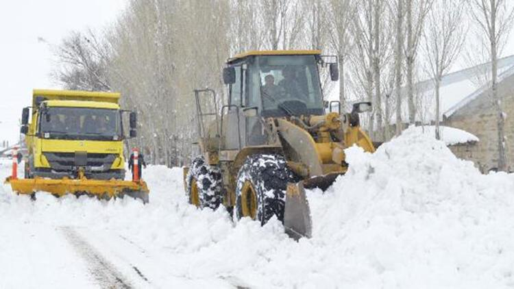 Ağrı'da, kardan kapanan 102 köy yolu açıldı