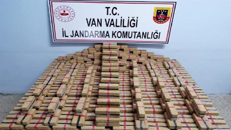 Van'da, çuvallarla toprağa gömülü 123 kilo eroini 'Barut' buldu