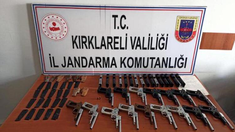 Kırklareli'de yol kenarına bırakılan poşetten 16 tabanca çıktı