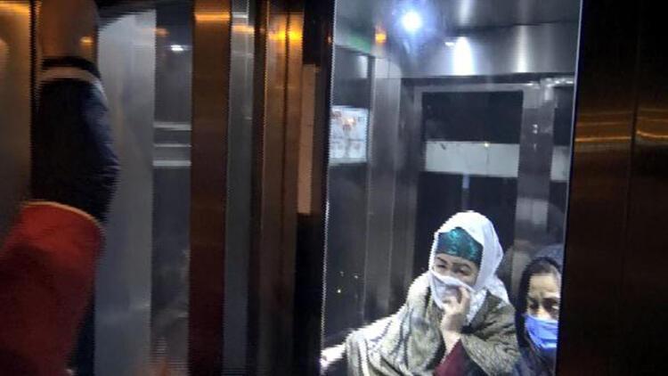 Metrobüs asansöründe mahsur kalan iki kadın kurtarıldı