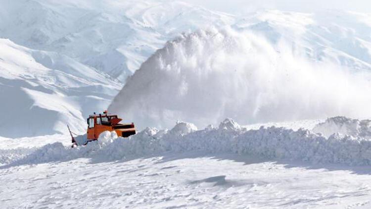 Van'da kar yağışı; 165 yerleşim yerinin yolu kapandı
