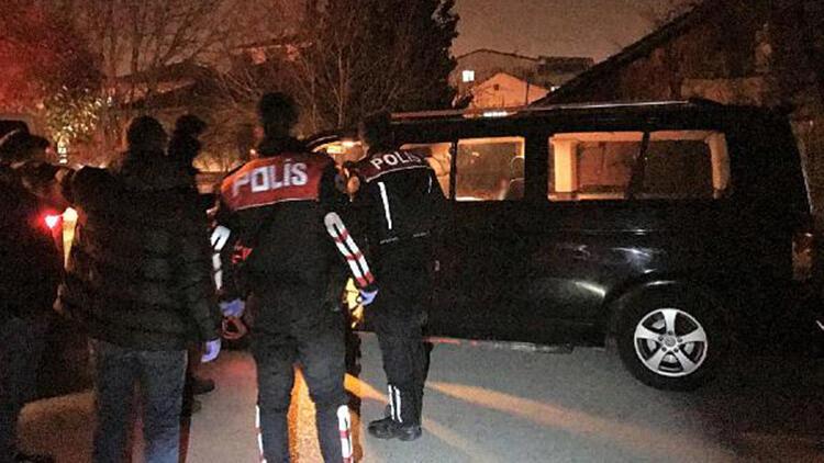 Kısıtlamada, park halindeki minibüste sahte içki ve uyuşturucu hapla yakalandılar