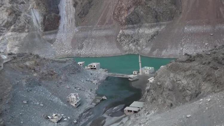 Artvin'de barajlardaki sular çekildi! Yerleşim yerleri ortaya çıktı