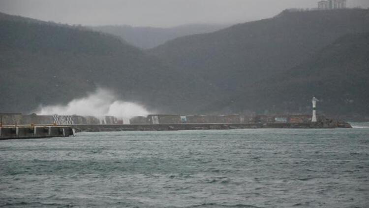 Dalgalar 5 metreyi buldu, balıkçı tekneleri limana demirledi