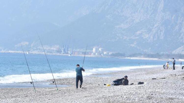 Fırtına uyarısı yapılan Antalya'da güneşli hava keyfi