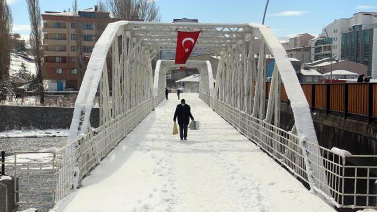 'Yüksek riskli' Ardahan'da, eksi 15 derecede sokaklar boş kaldı