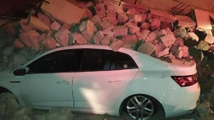 İstinat duvarı otomobillerin üzerine yıkıldı