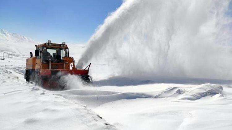 Van'da 55 yerleşim yerinin yolu kardan temizlenerek ulaşıma açıldı