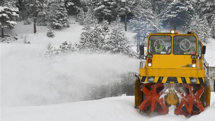 Kars'ta ekiplerin karla mücadele çalışmaları sürüyor