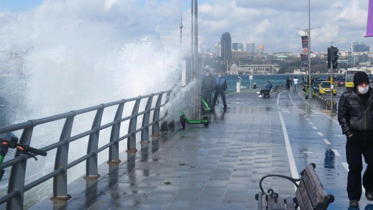 Üsküdar ve Caddebostan Sahili'nde dev dalgalar oluştu