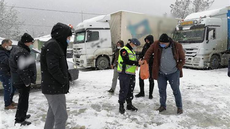 Ardahan'da güvenlik güçleri tipinin dinmesini bekleyen araç sürücülerine çay ve yiyecek ikram etti