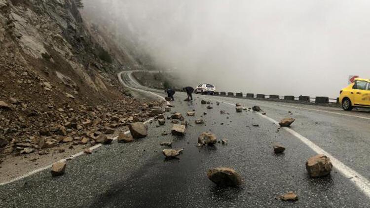 Şavşat'ta 38 köy yolu kar nedeniyle kapandı, yola düşen taşları jandarma temizledi