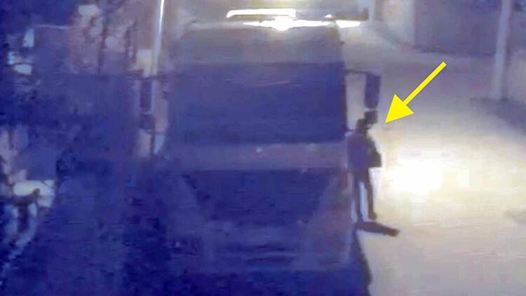 Park halindeki TIR'dan akü hırsızlığı kamerada