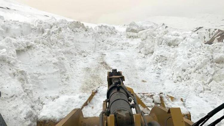 Ağrı'da 'kar kaplanları'nın 4 köyde yol açma çalışması