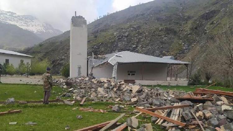 Batman'da fırtına; minare yıkıldı, elektrik direği yola devrildi