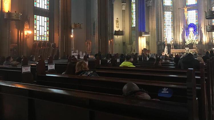 St. Antuan Kilisesi'nde Paskalya ayini
