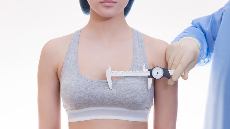 Aşırı Büyük Göğüsler Fiziksel Sorunlara Yol Açabiliyor