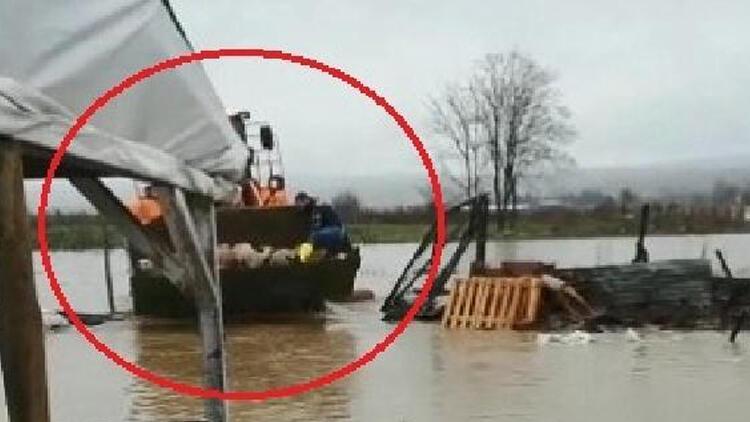 Bursa'da çiftliği su bastı, kuzular iş makinesiyle kurtarıldı