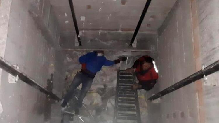 İnşaatın asansör boşluğuna düşünce yaralandı
